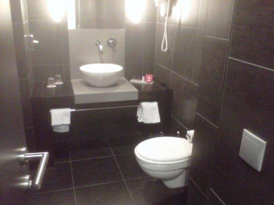 Ramada Brussels Woluwe: Ramada Bathroom. Room 227.