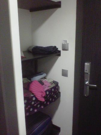 Ramada Brussels Woluwe: Ramada Open Cupboard by entry door. Room 227.