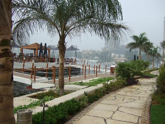 سوفيتيل كايرو الجزيرة: ホテル内の遊歩道と川上のバー 