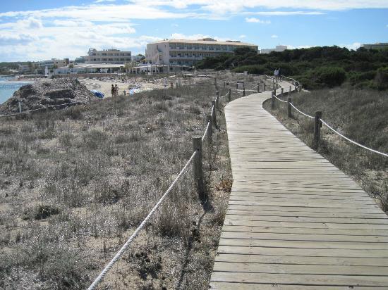 Playa de Migjorn: Holzstege am Strand entlang