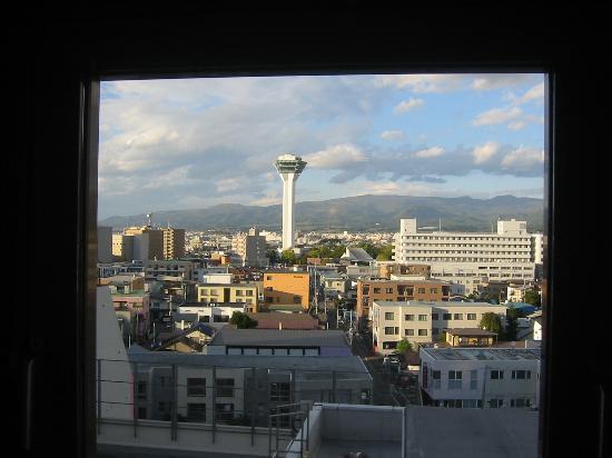 Hotel Hokke Club Hakodate: エレベーターホールから五稜郭タワーを臨む。