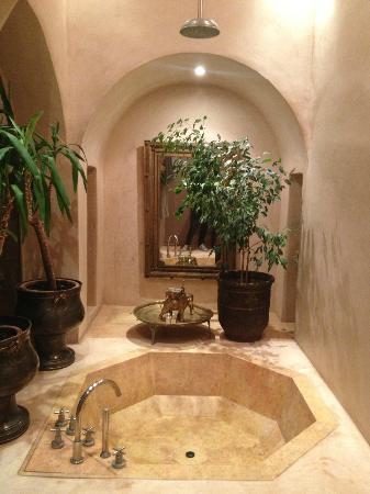 Riad Camilia: bain / douche de notre suite 