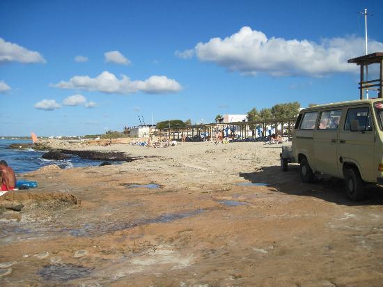 Migjorn, Spania: Strandabschnitt durchsetzt mit Felsen