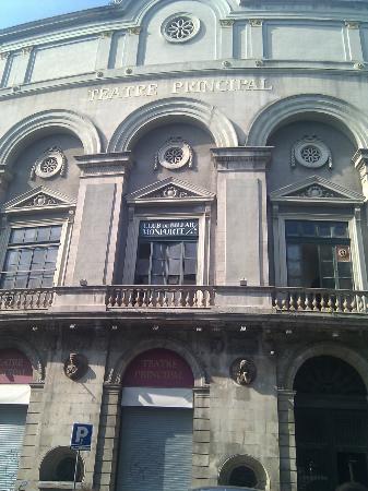 Apartamentos Mur-Mar: TEATRO SITUADO ENFRENTE