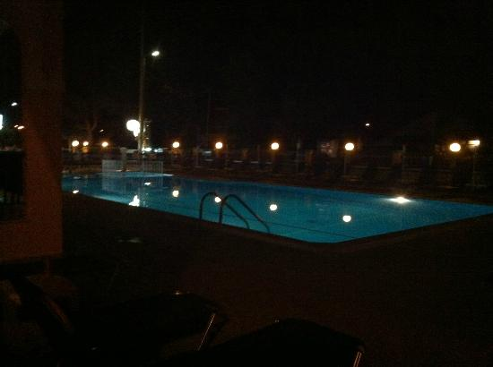 Ektor Apartments: The pool at night (from our terrace)