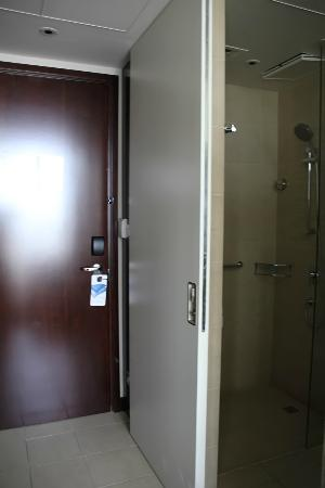 Centro Yas Island Abu Dhabi by Rotana: entrance and bathroom