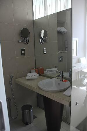 Centro Yas Island Abu Dhabi by Rotana: bathroom, clean but small