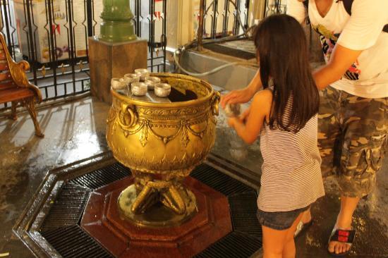 Erawan Shrine (Thao Mahaprom Shrine): Holy water side
