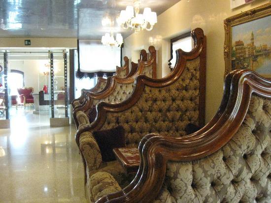 Sala attesa hotel pesaro palace foto di hotel for 03 mobili pesaro