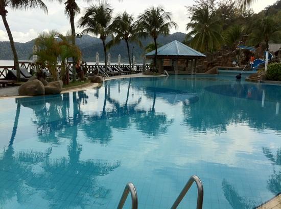 Berjaya Tioman Resort - Malaysia: A swimming pool by the beach and restaurant