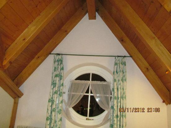 Kaiserkrone B&B: Appartamento Stella Alpina: la finestra e il tetto.