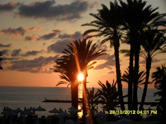 Constantinou Bros Pioneer Beach Hotel: watching the sun going down from the hotels terrace