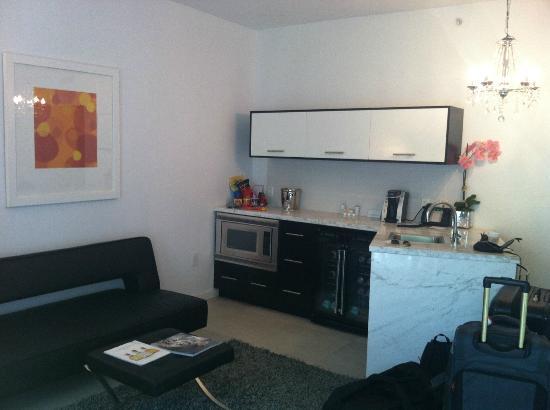 ذا ساكتشري ساوث بيتش: Kitchen and living room area in the regular room (very spacious!) 