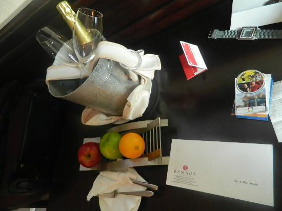 Ramada Jumeirah: free wine for honeymoon
