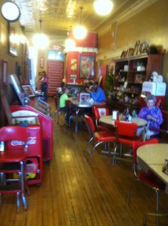 รักบี, นอร์ทดาโคตา: Interior: antiques and old fashioned tables