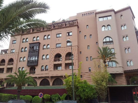 Hivernage Hotel & Spa: Hotel from the side, the rooms with the black balconies are best