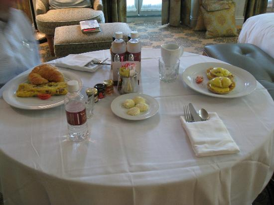 West Baden Springs Hotel: Breakfast in our room