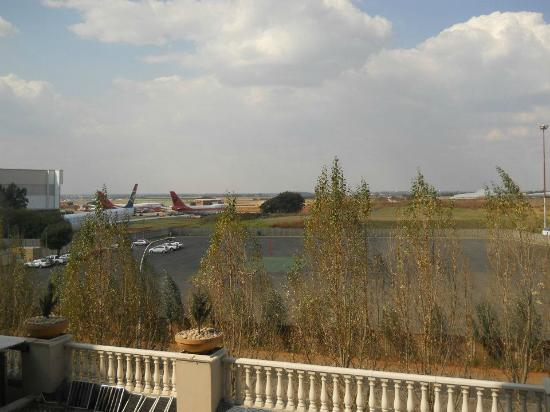Peermont Metcourt Hotel at Emperors Palace: Great view of a few ex-Swiss Air 747-300's for TAAG, out of bedroom window