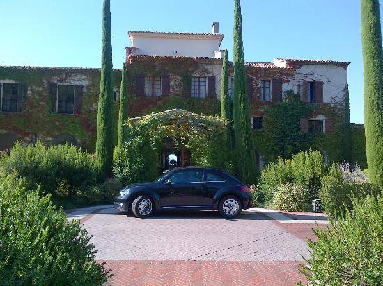 Chateau Saint-Martin & Spa: outside reception. Cars are driven away for you to an underground garage.