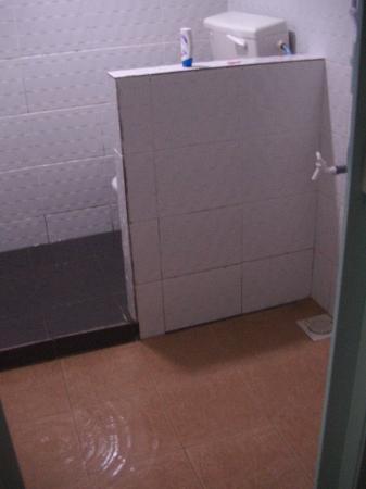 Intan Beach Resort : lots of water, bad drains in bathroom