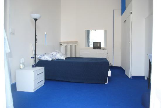 Particolare di camera con bagno picture of olympia hotel for Arredo bagno via gramsci genova