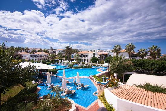 Aldemar Royal Mare Thalasso Resort: Вид с балкона на бассейн.