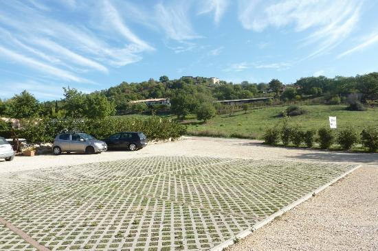 Saturnia Tuscany Hotel: Parking lot view.