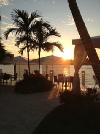 The Pillars Hotel Fort Lauderdale: View from the pool deck toward dining by the water at sunset