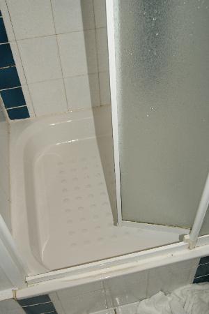 Hotel Montmartrois: Porte de douche cassée