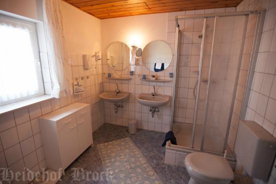 Gasthaus & Pension Heidehof: Nr. 6 Familienzimmer / Badbereich