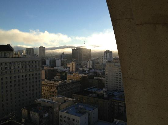 JW Marriott San Francisco Union Square: Fog rolling in over the hills