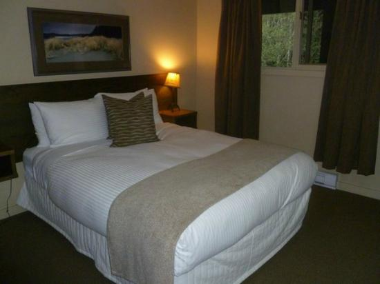 Pacific Sands Beach Resort: Bedroom - the bed is very comfy.