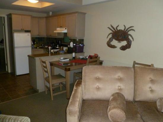Pacific Sands Beach Resort: Kitchen - has everything you need.