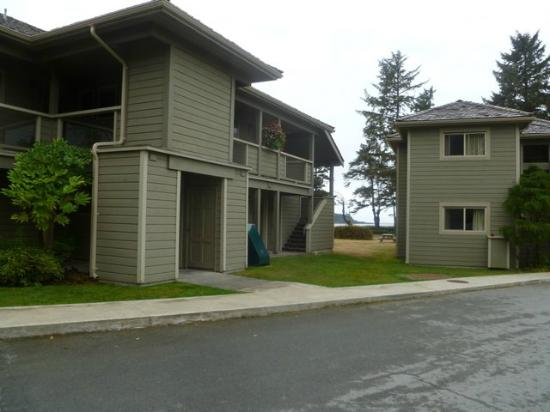 Pacific Sands Beach Resort: Lighthouse units from the parking lot.  Three separate buildings with 6 units each.