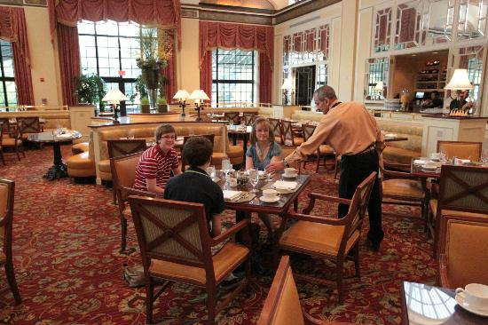 Omni Shoreham Hotel: breakfast