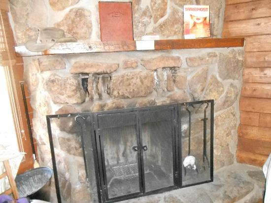 High Country Lodge: Fireplace in our cabin