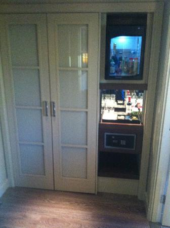 The Arch London: hallway with free soft drinks in the mini bar