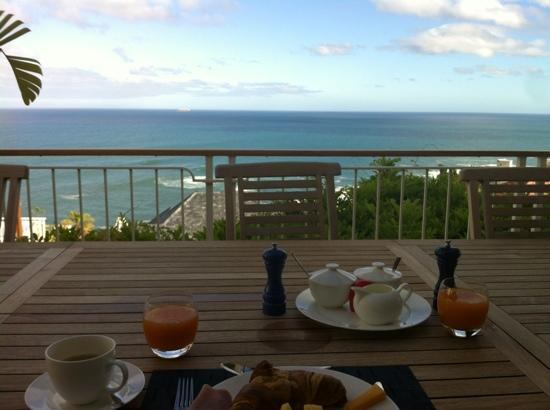 Compass House: breakfast outside with incredible view!