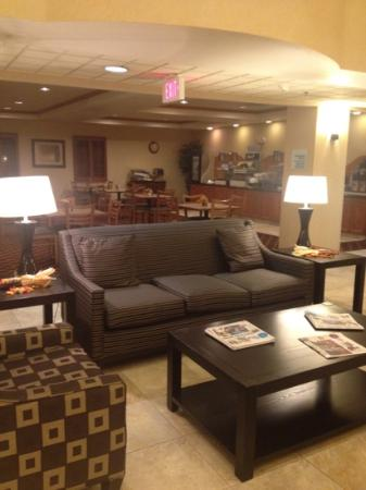 Holiday Inn Express Syracuse / Fairgrounds: lobby and breakfast area