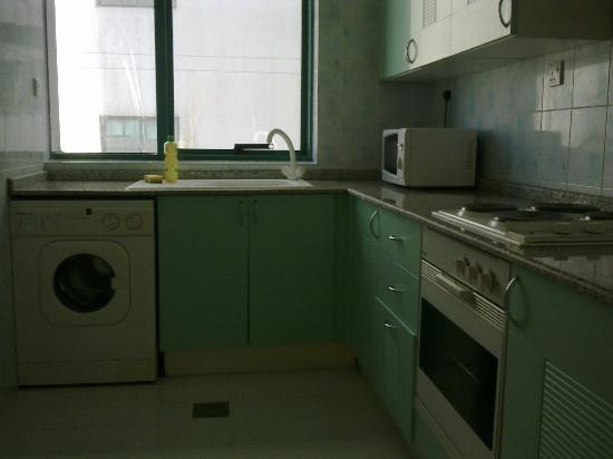 Pearl Residence: kitchen with bad smell and unhygenic