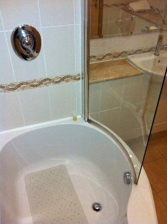 Wall Power Shower Into Bath And Shower Screen Picture Of St Mellion International Resort