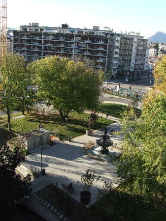BEST WESTERN Hotel Carlton: vue de face sur le petit parc