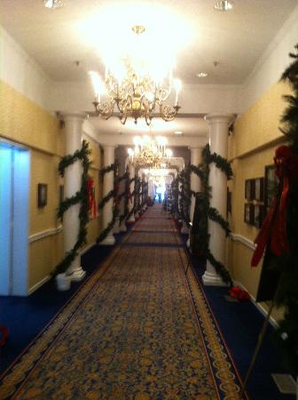‪‪The Carolina Hotel - Pinehurst Resort‬: Hallway to central lobby decorated for holidays‬