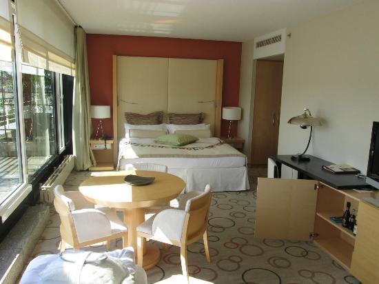 Sheraton Berlin Grand Hotel Esplanade: Seng og bord