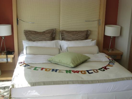 Sheraton Berlin Grand Hotel Esplanade: Bryllups hilsen på sengen