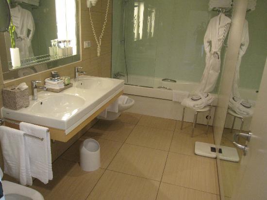 Sheraton Berlin Grand Hotel Esplanade: Kæmpe badeværelse