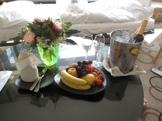 Sheraton Berlin Grand Hotel Esplanade: Bryllups gave fra hotel manager. Blomster, frugt og champagne