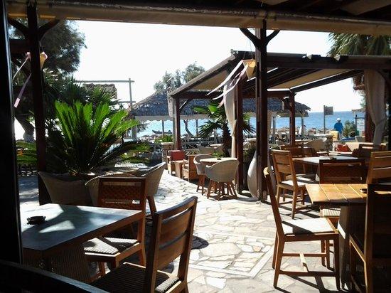 Makris Apartments: restaurangen och ute serveringen vid Christos Makris i Kamari