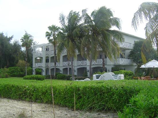 Royal West Indies Resort: Rear of our building, Ocean Front Room