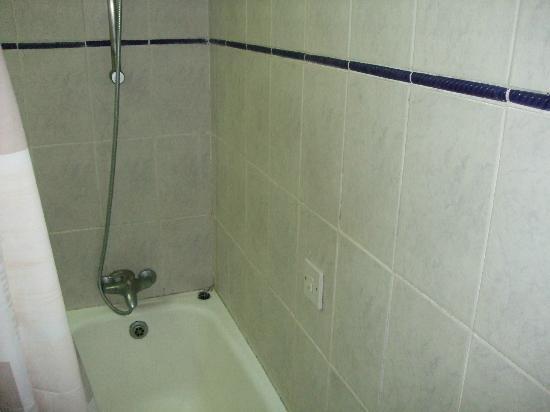 Veronica Hotel: Dirty & Dangerous Bathroom
